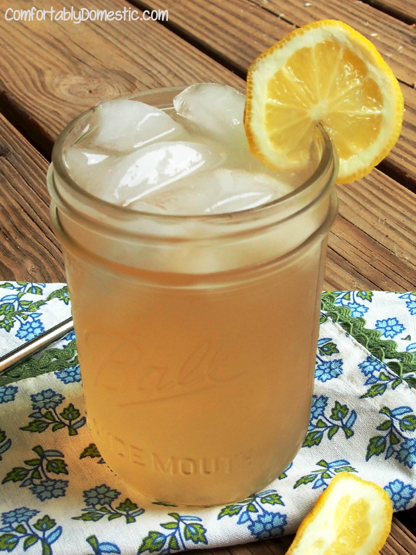 Homemade Lavender Lemonade | ComfortablyDomestic.com