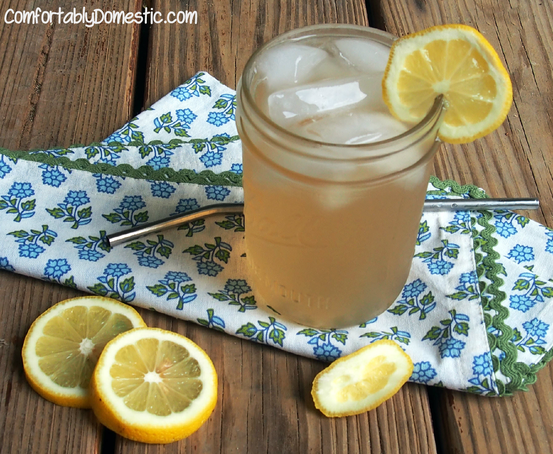 Freshly Squeezed Lavender Lemonade | ComfortablyDomestic.com