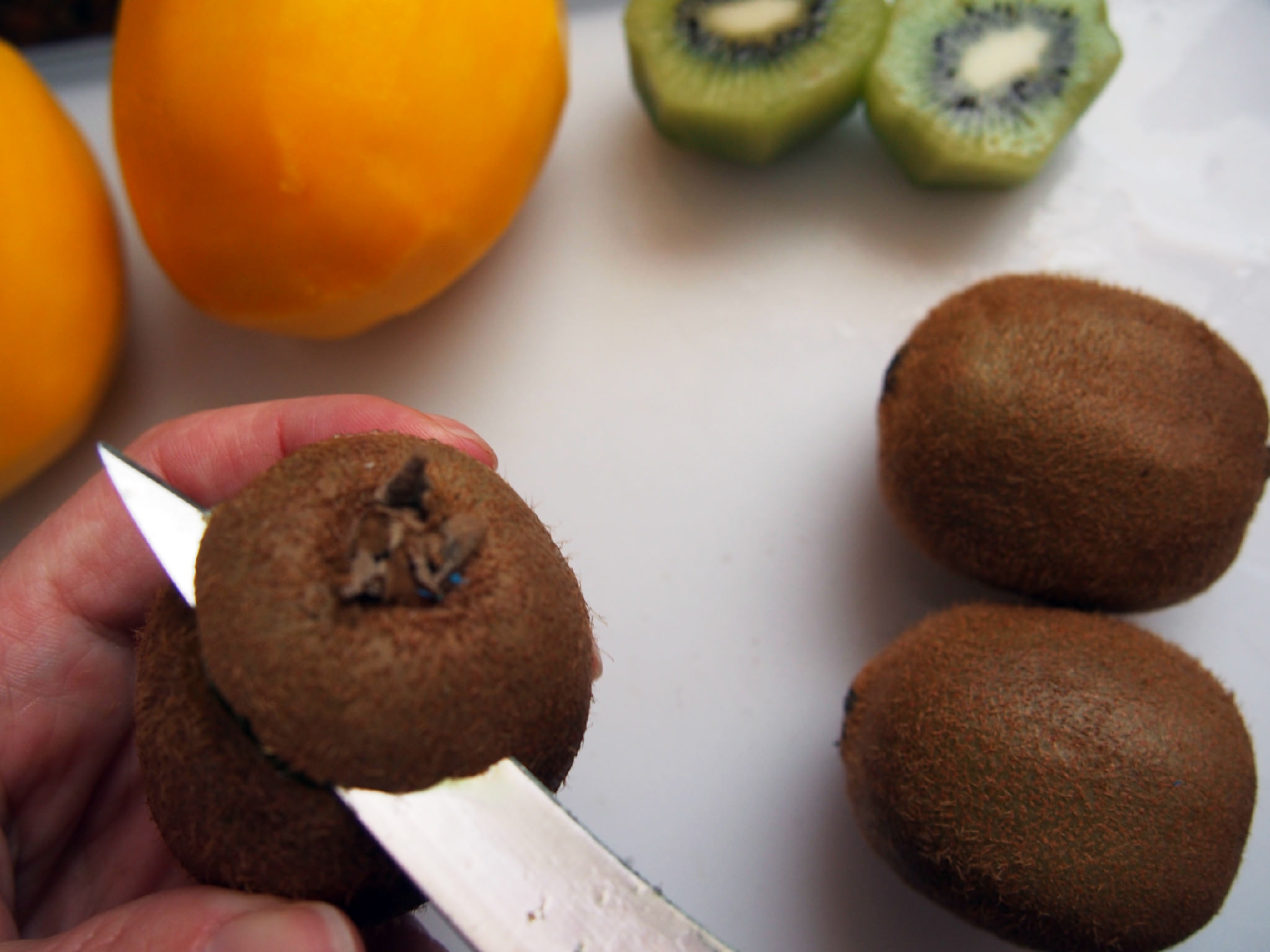 how to peel kiwi 1