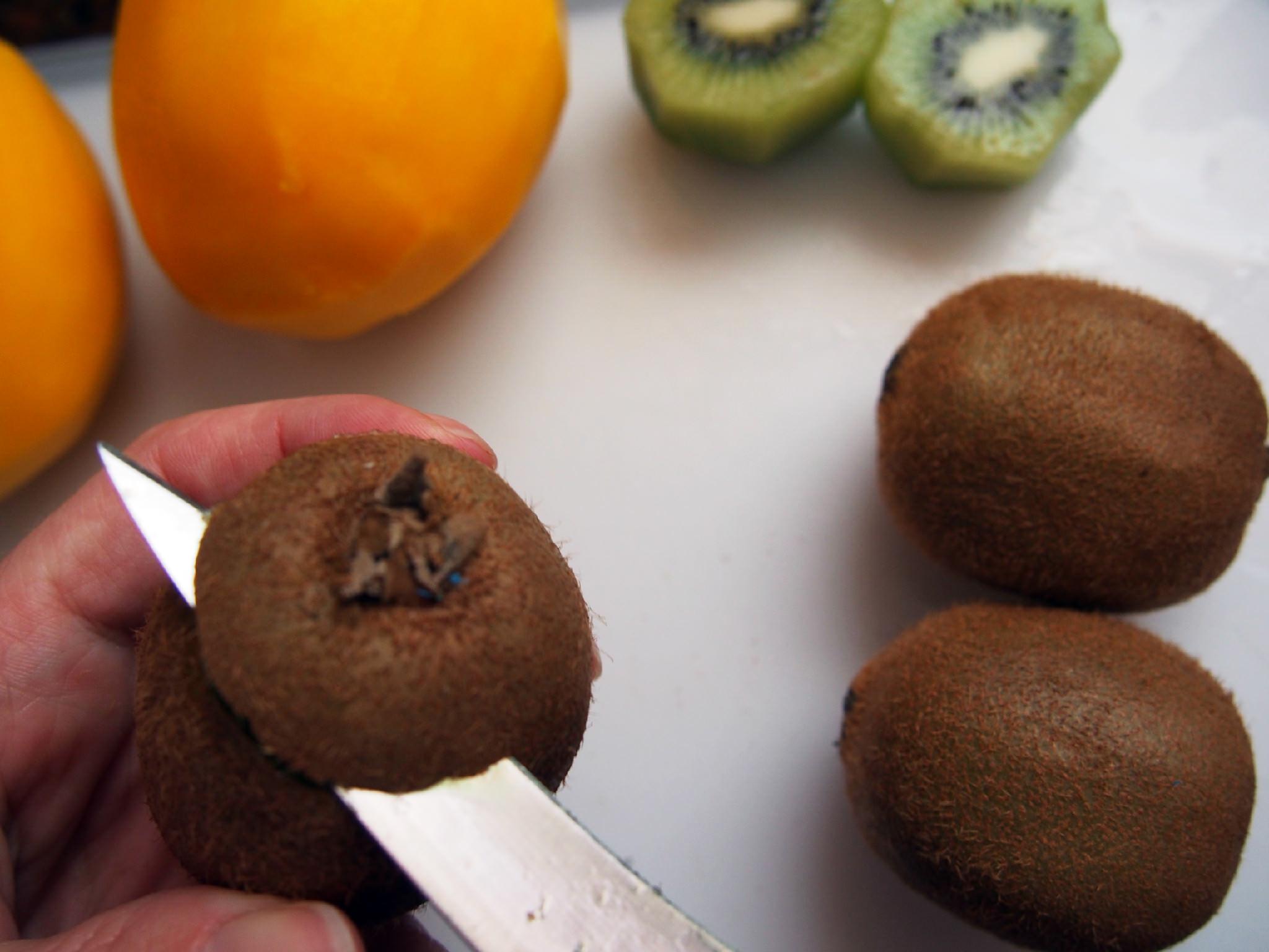 how to peel kiwi 1