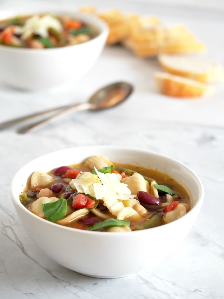 Minestrone-Vegetable-Soup-Olive-Garden-Copy-Cat-Recipe is chock full of fresh vegetables, tender beans, and chewy pasta for a healthy, hearty soup that eats like a meal. Soup is easily made vegetarian or vegan. | ComfortablyDomestic.com